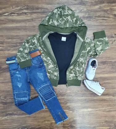 Jaqueta Camuflada Com Camiseta Preta e Calça Jeans Infantil