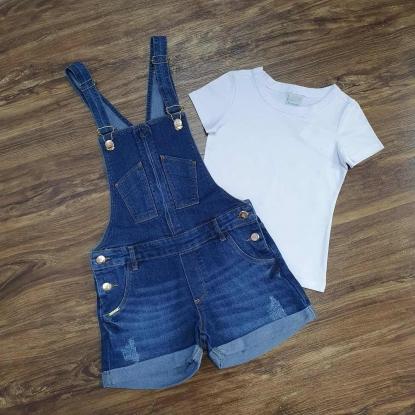 Look Jardineira Jeans com Camiseta Branca Infantil