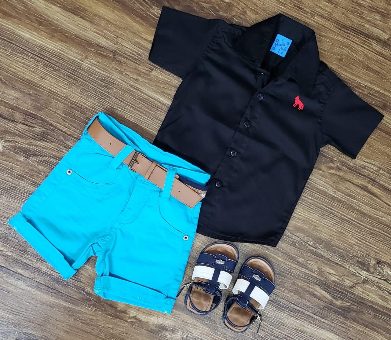 Bermuda Azul Clara com Camisa Preta
