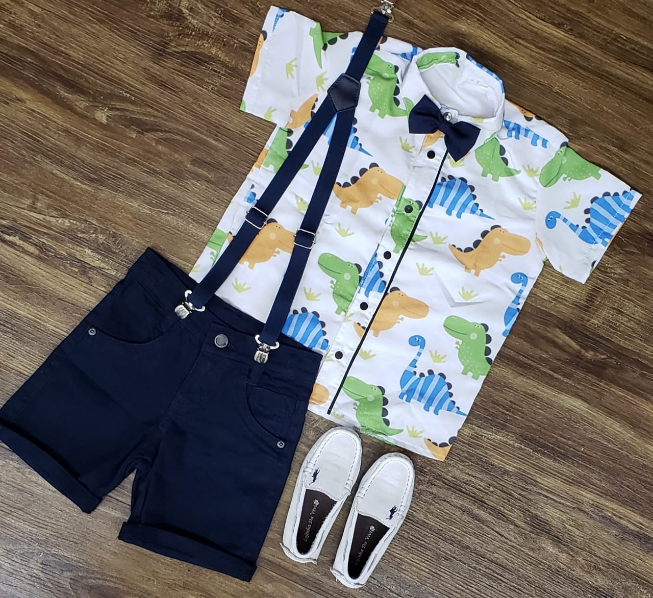 Bermuda Azul Marinho com Suspensório e  Camisa Dinossauro com Gravata