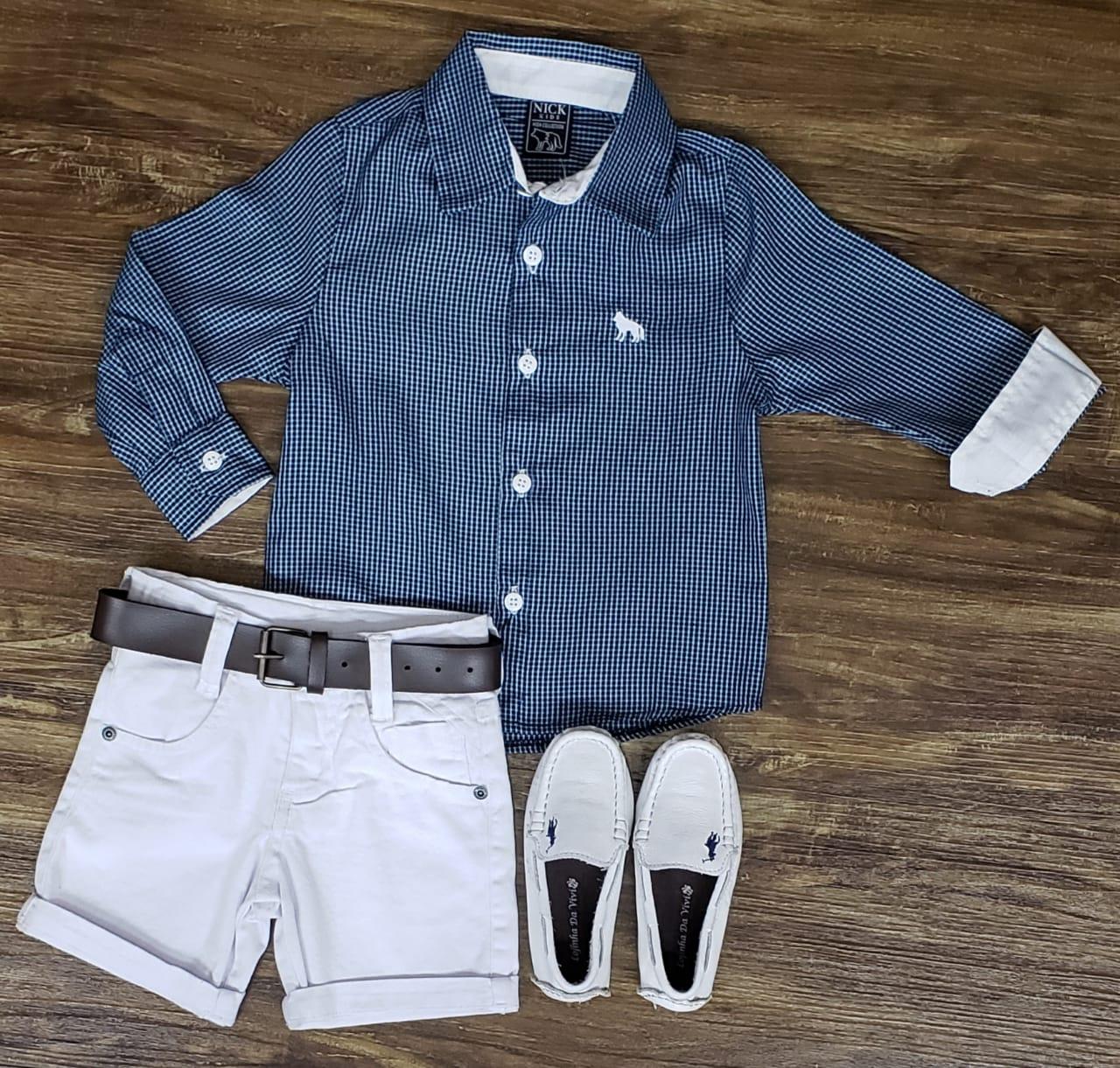 Bermuda Branca com Camisa Azul Manga Longa