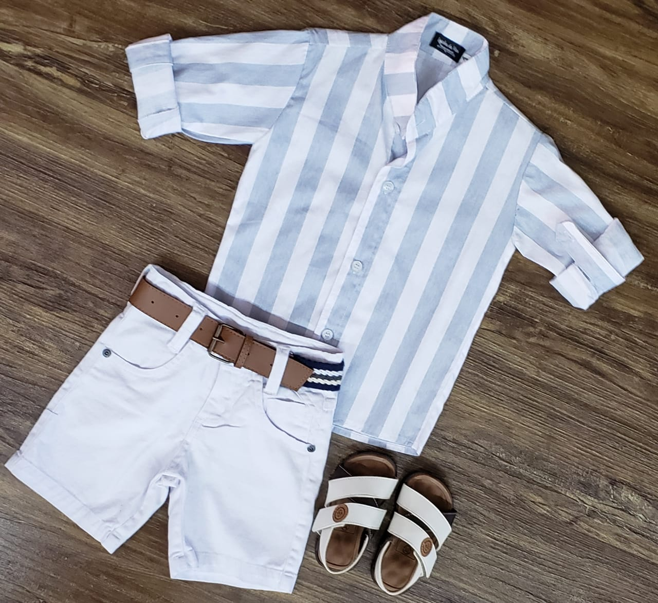 Bermuda Branca com Camisa Listrada Manga Longa