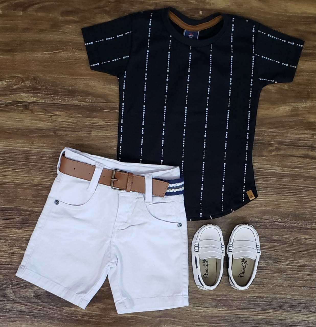 Bermuda Branca com Camiseta Preta