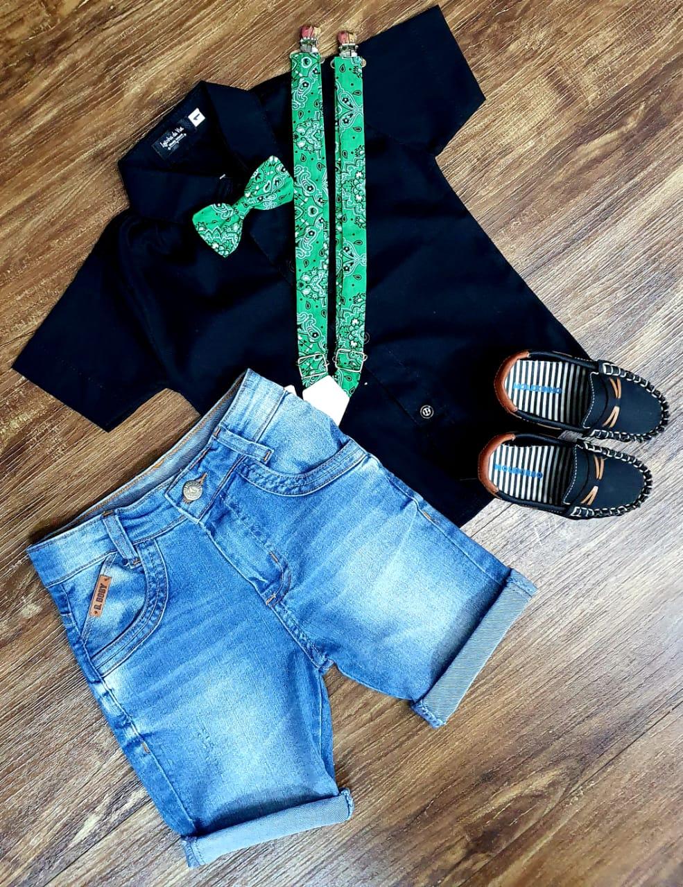 Bermuda Jeans Clara com Suspensório e Camisa Preta com Gravata