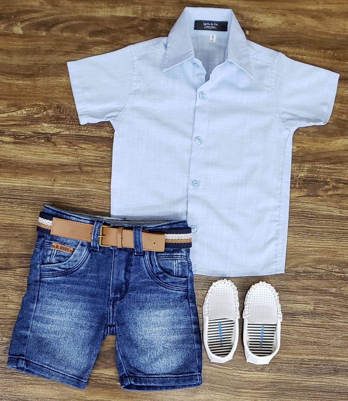 Bermuda Jeans com Camisa Azul Clara