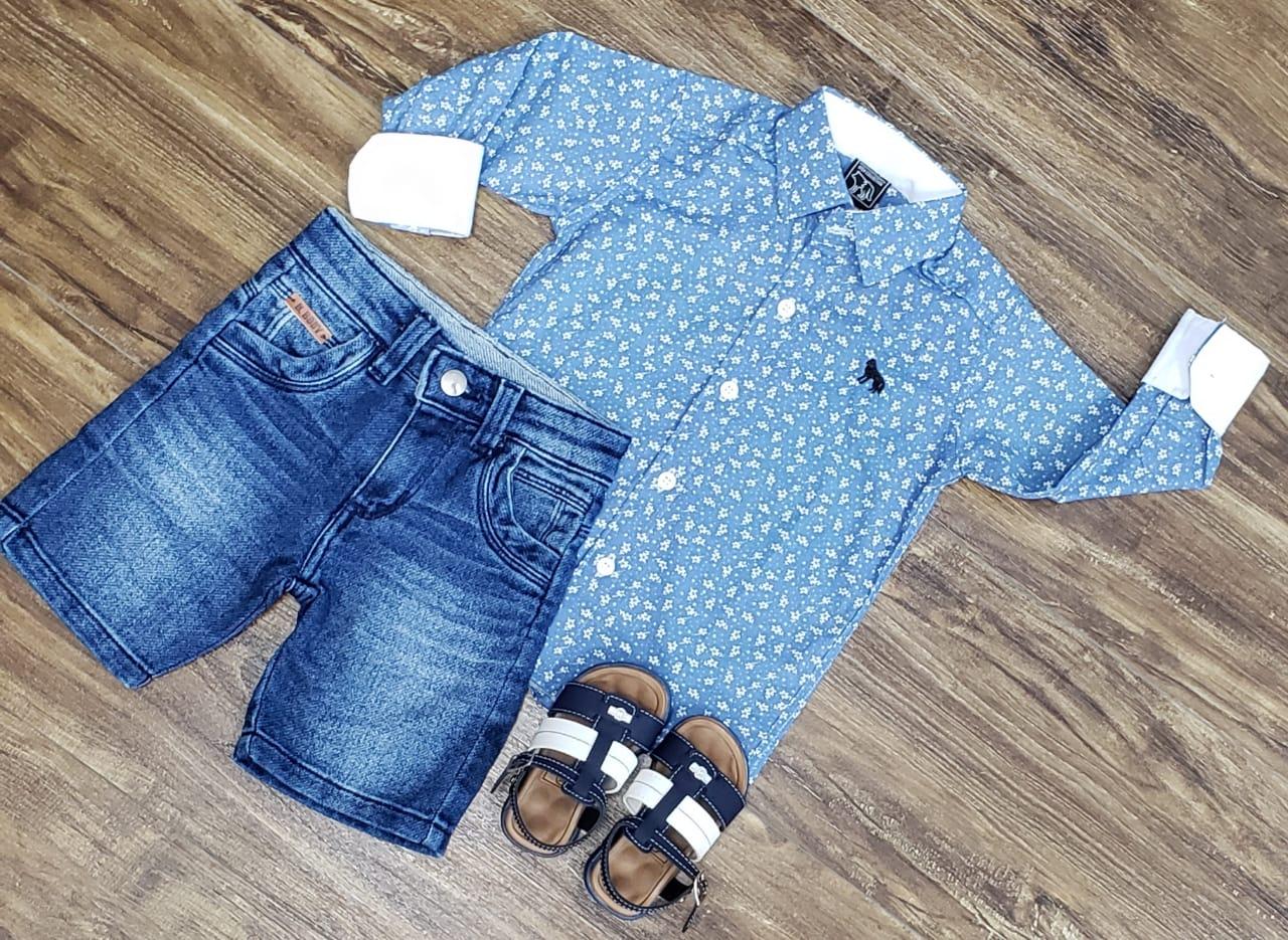 Bermuda Jeans com Camisa Azul Clara Manga Longa