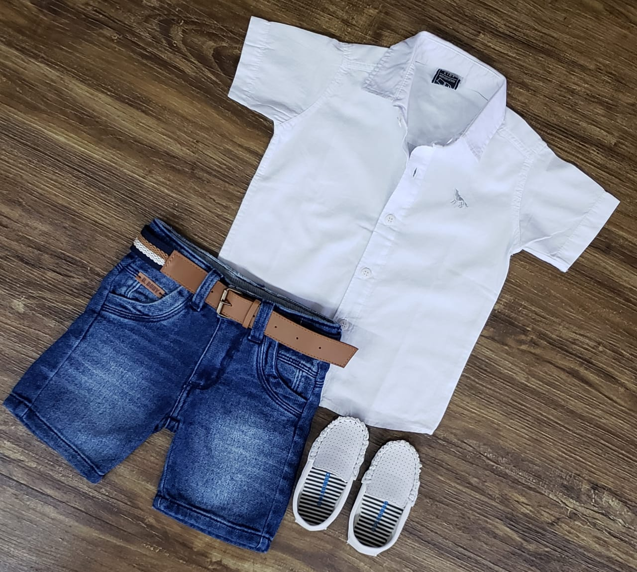Bermuda Jeans com Camisa Branca Manga Curta