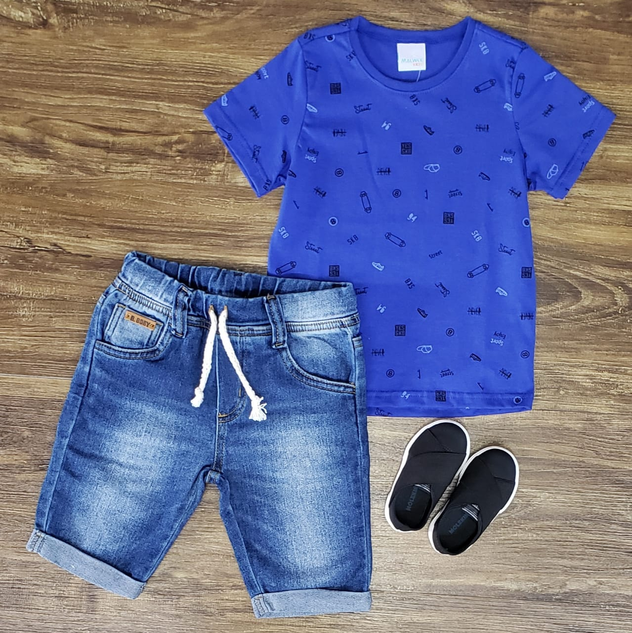 Bermuda Jeans com Camiseta Azul