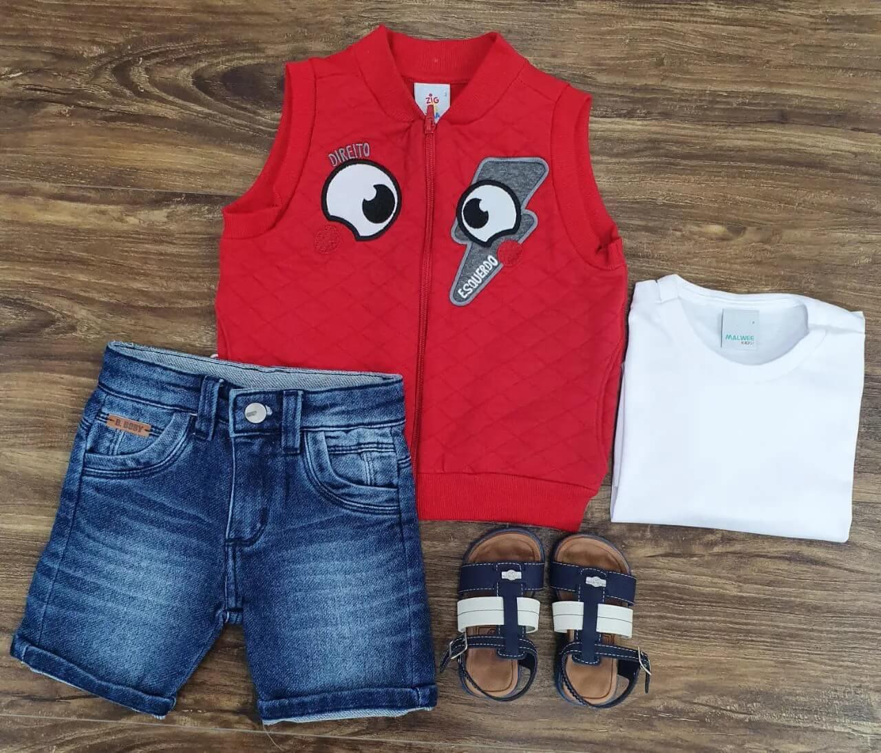 Bermuda Jeans com Camiseta Branca e Colete Vermelho Infantil