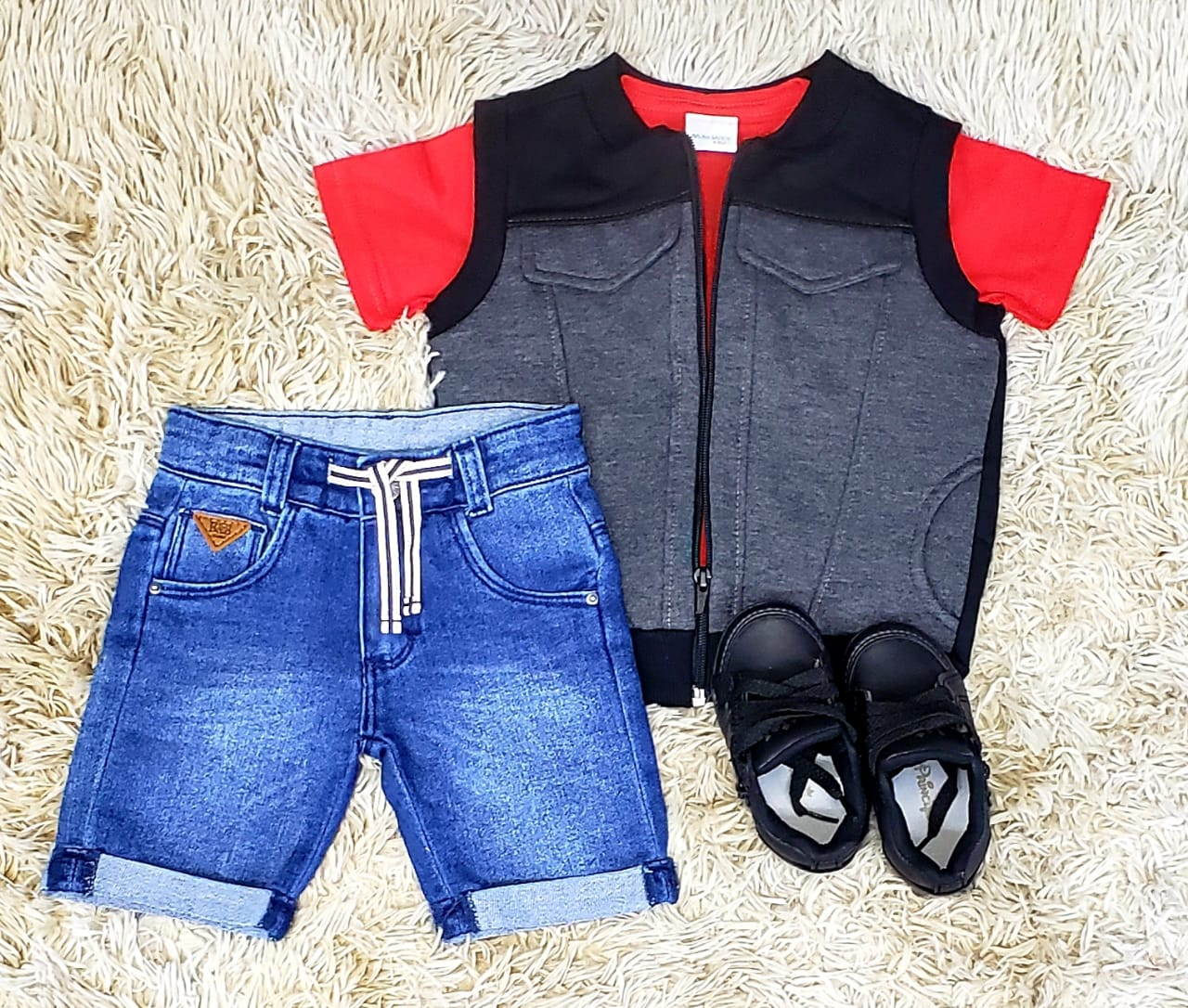6993089c07 Bermuda Jeans com Camiseta Vermelha e Colete
