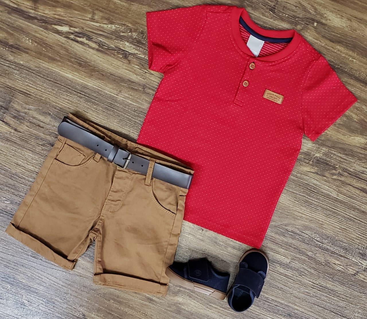 Bermuda Marrom com Camiseta Bata Vermelha