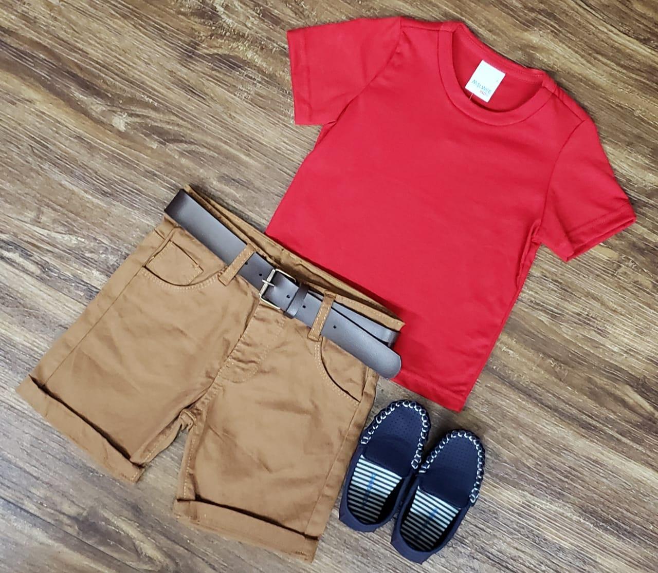 Bermuda Marrom com Camiseta Vermelha