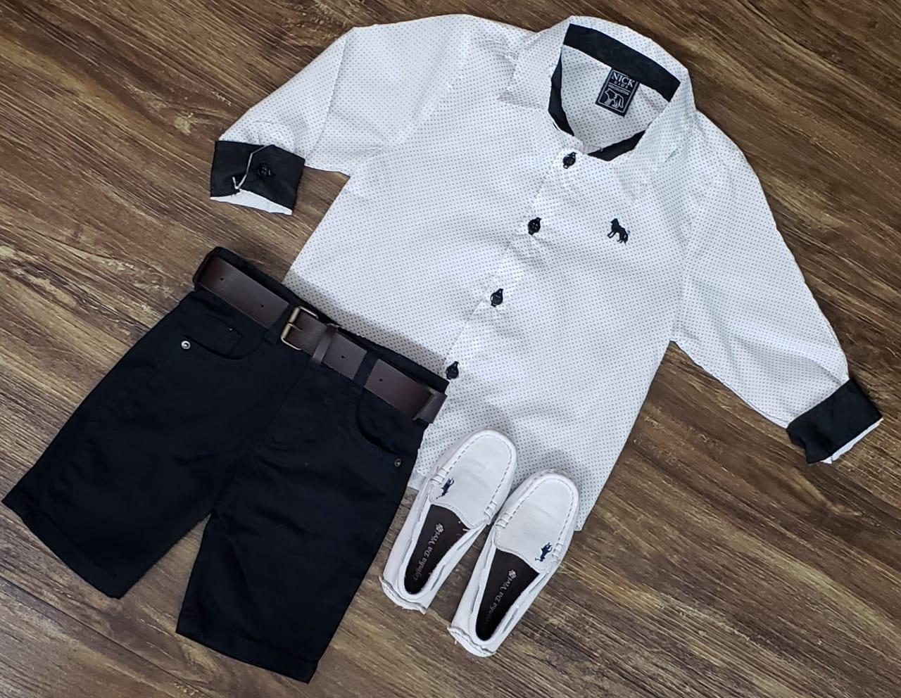 Bermuda Preta com Camisa Branca Manga Longa