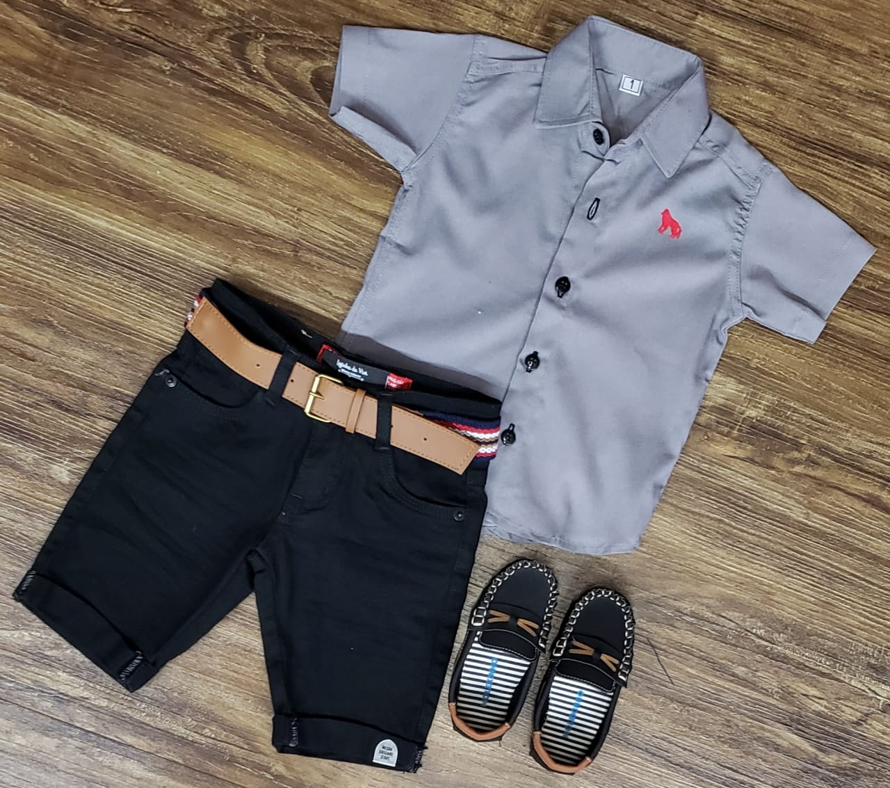 Bermuda Preta com Camisa Cinza Manga Curta