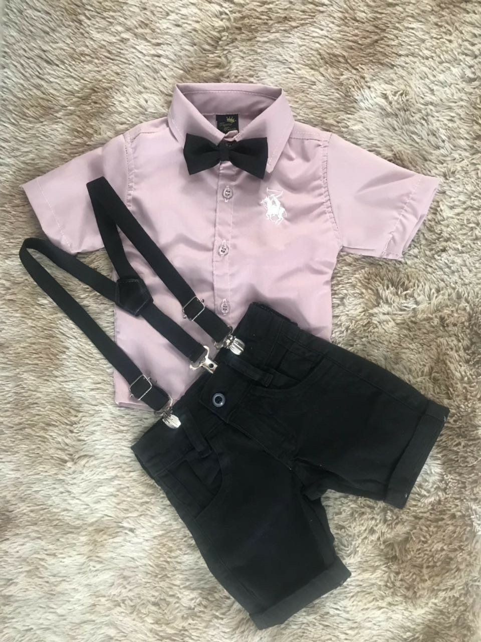 Bermuda Preta com Suspensório e Camisa Social Rose com Gravata