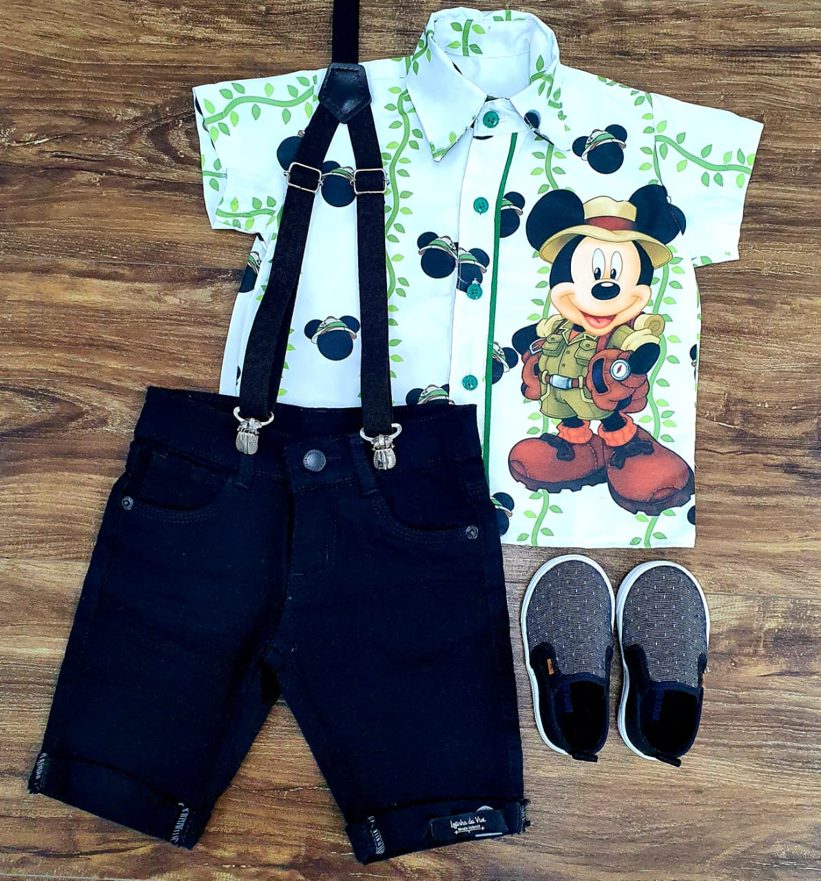 Bermuda Preta e Suspensório com Camisa Mickey Safari