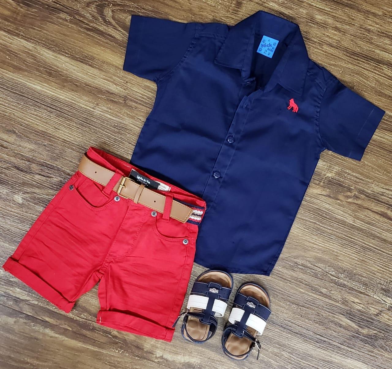 Bermuda Vermelha com Camisa Azul Marinho