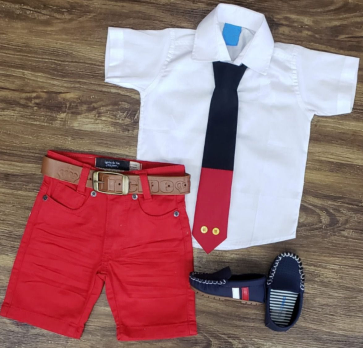 Bermuda Vermelha com Camisa e Gravata - Look Mickey