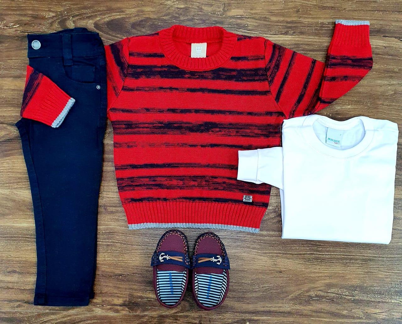 Calça Azul Marinho com Camiseta Branca e Suéter Vermelho com Preto