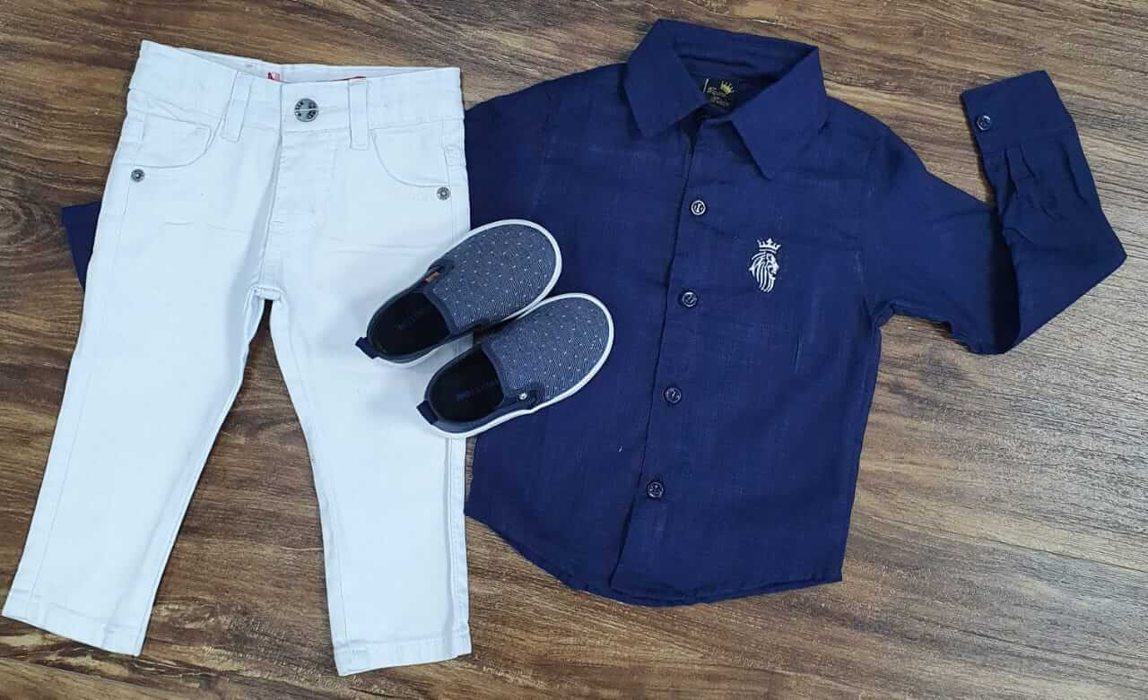 Calça Branca com Camisa Social Azul Marinho
