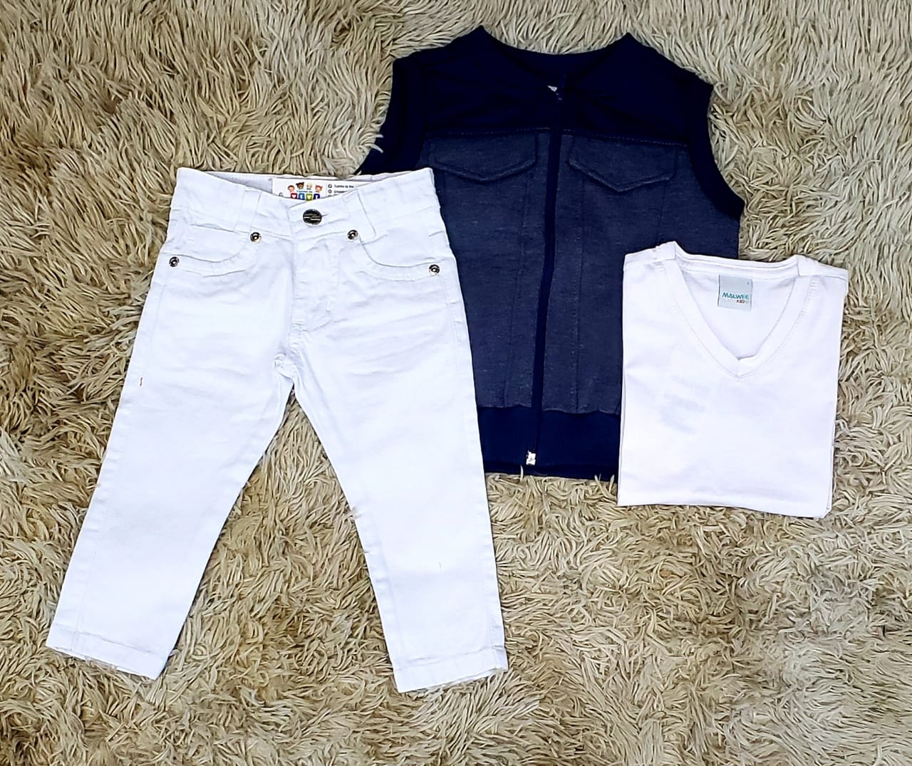 Calça Branca com Camiseta Branca e Colete