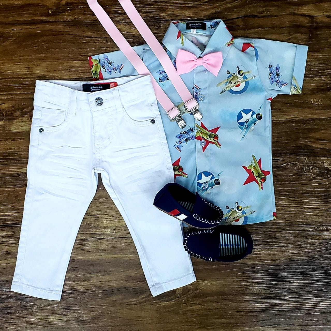 Calça Branca com Suspensório e Camisa Aviões com Gravata
