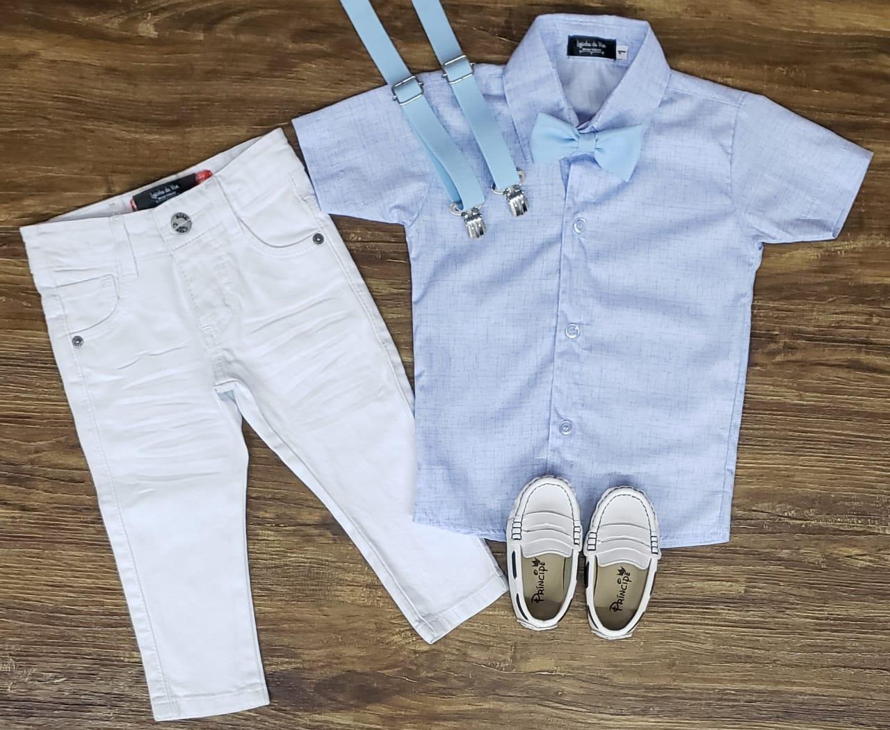 Calça Branca com Suspensório e Camisa Azul com Gravata