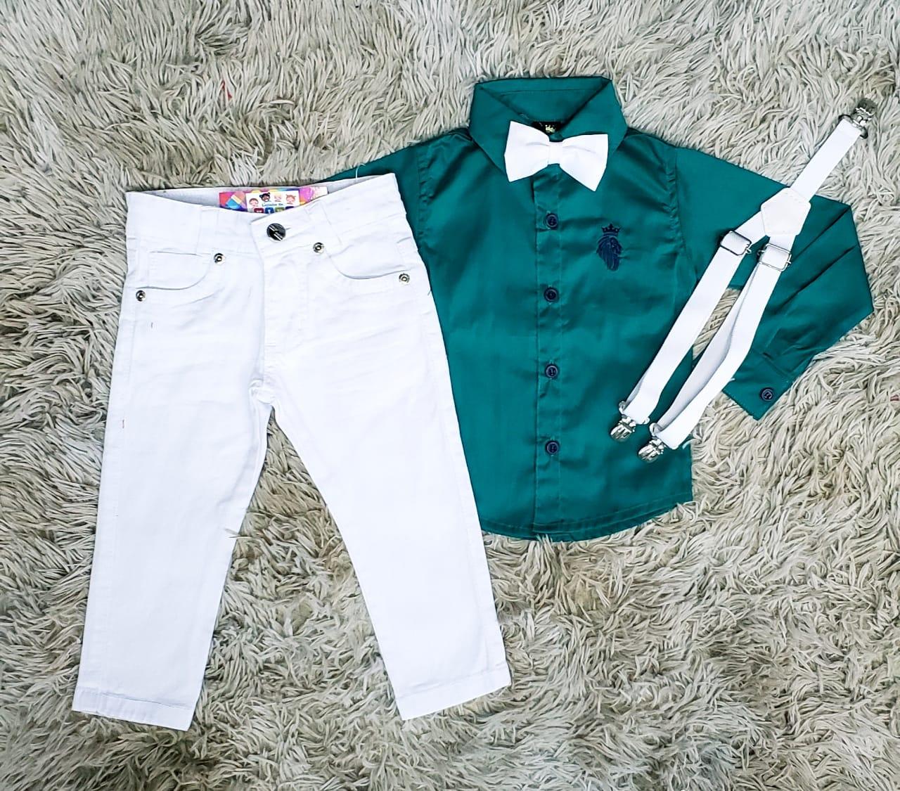 Calça Branca com Suspensório e Camisa Manga Longa Verde com Gravata