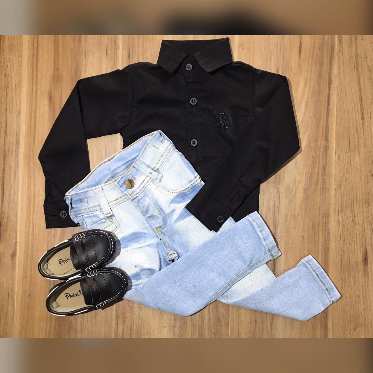 Calça Jeans Clara com Camisa Manga Longa Preta