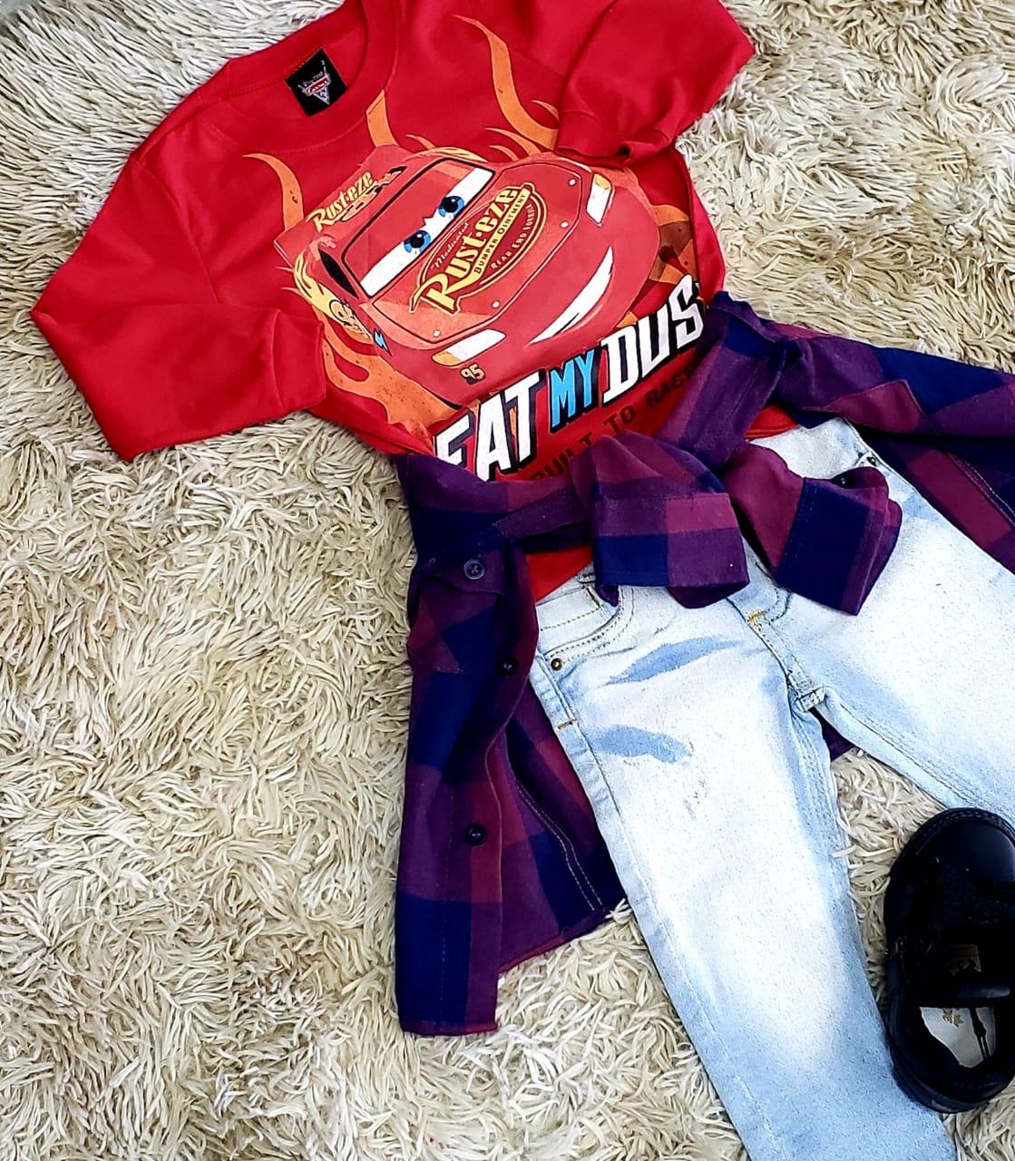 Calça Jeans Clara com Camiseta Carros e Camisa Xadrez