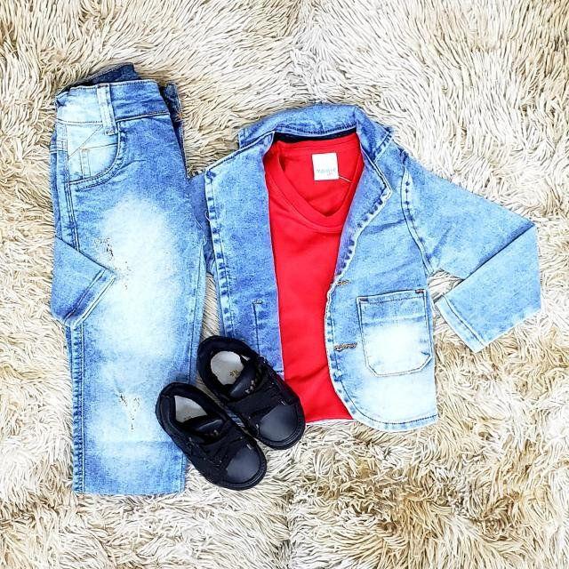 Calça Jeans Clara e Camiseta com Jaqueta Jeans