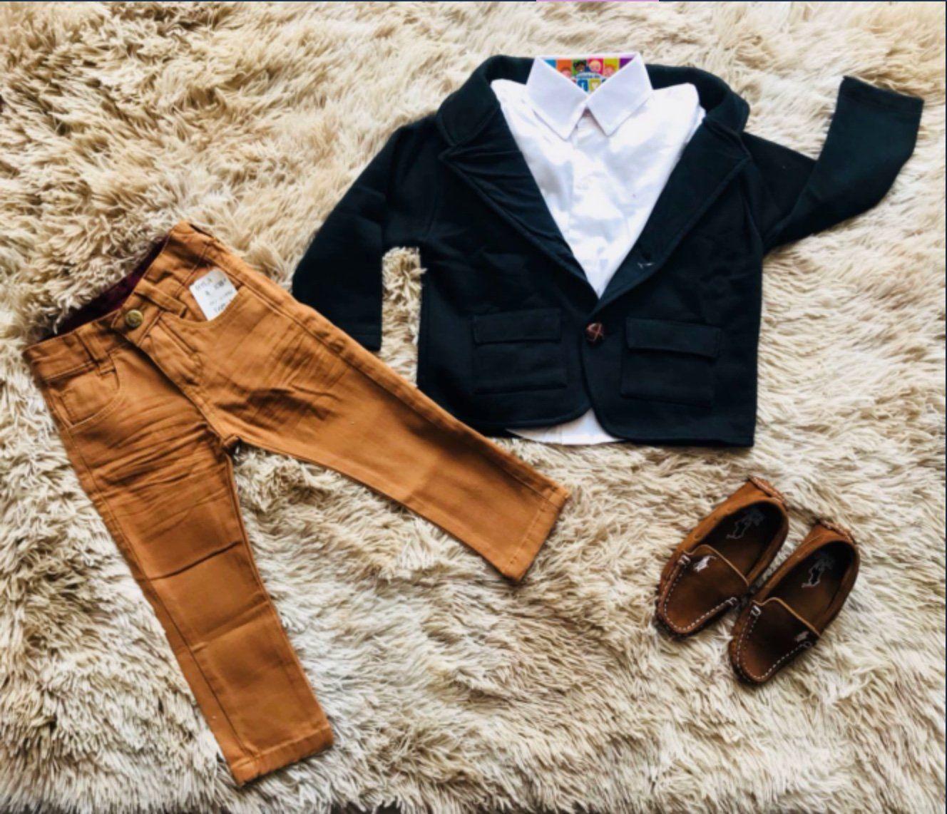 Calça Jeans Caramelo com Camisa Branca e Blazer Preto