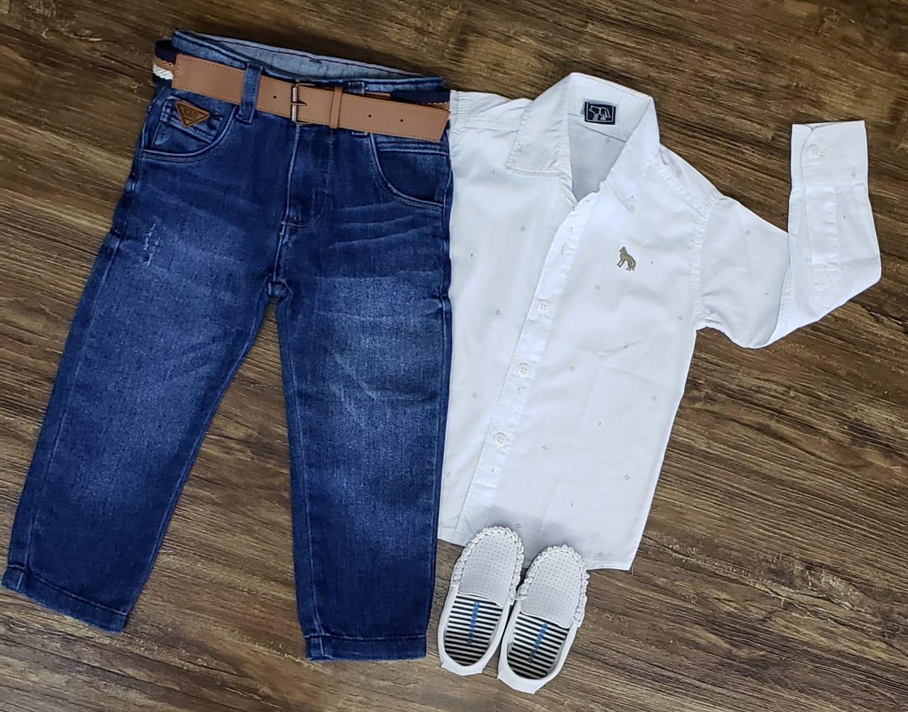 Calça Jeans com Camisa Branca Manga Longa