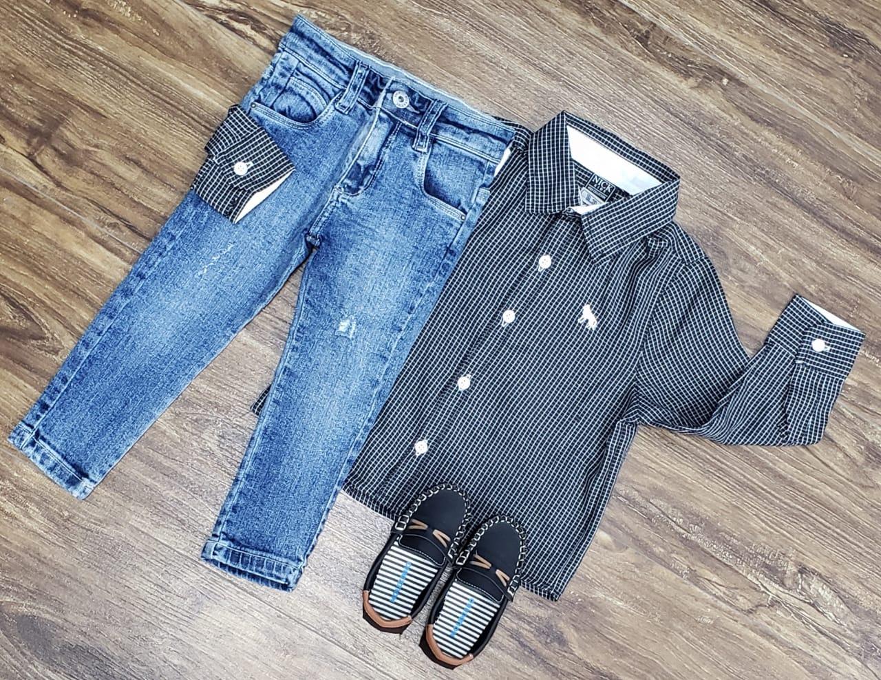 Calça Jeans com Camisa Cinza Manga Longa
