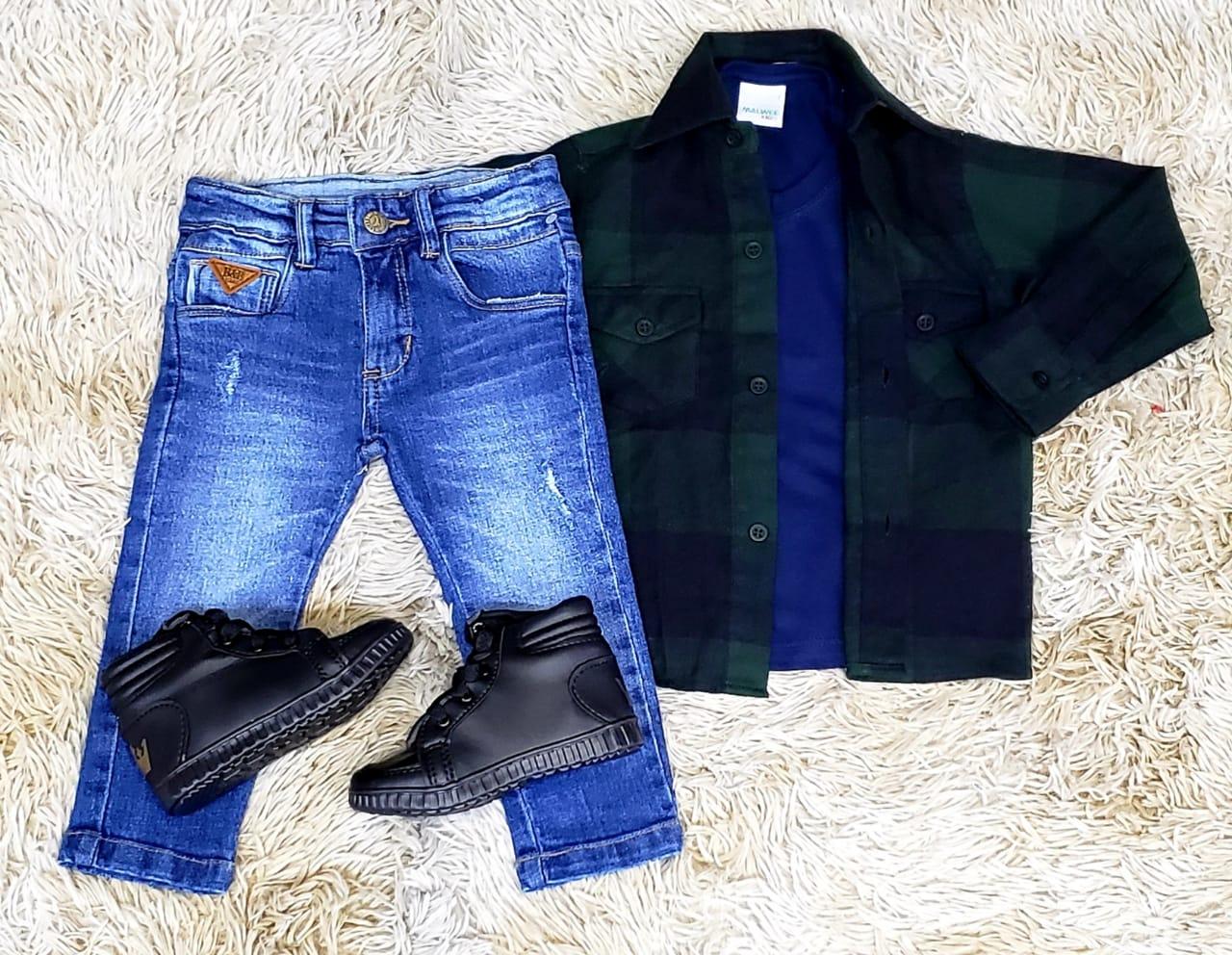 Calça Jeans com Camiseta Azul e Camisa Xadrez Infantil