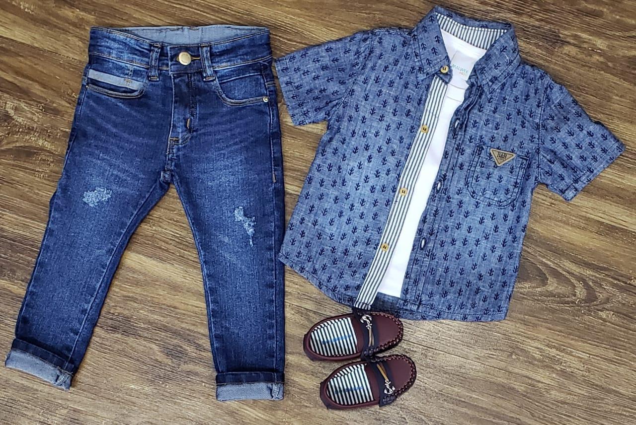 Calça Jeans com Camiseta Branca e Camisa
