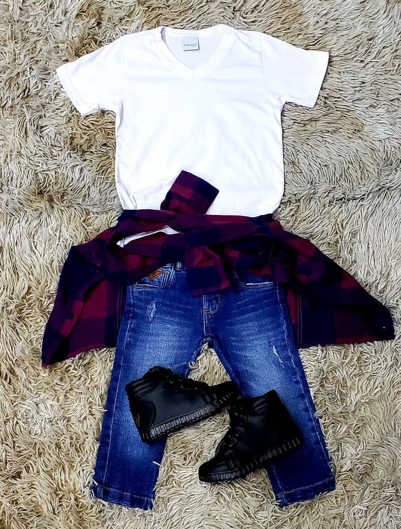 Calça Jeans com Camiseta Branca e Camisa Xadrez