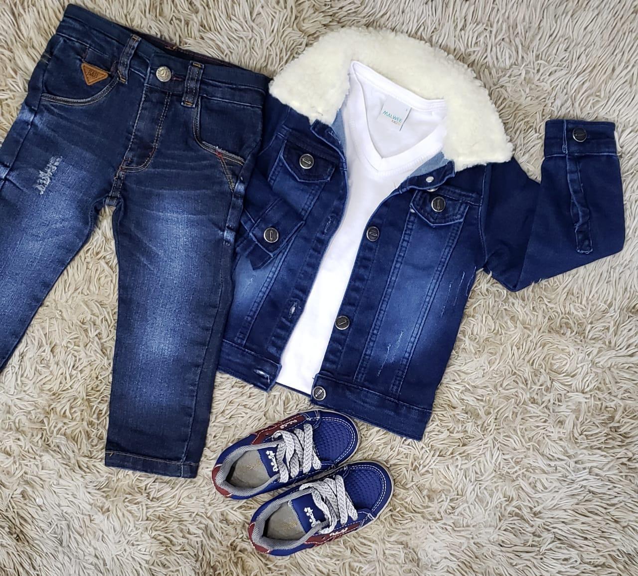 Calça Jeans com Camiseta Branca e Jaqueta Jeans