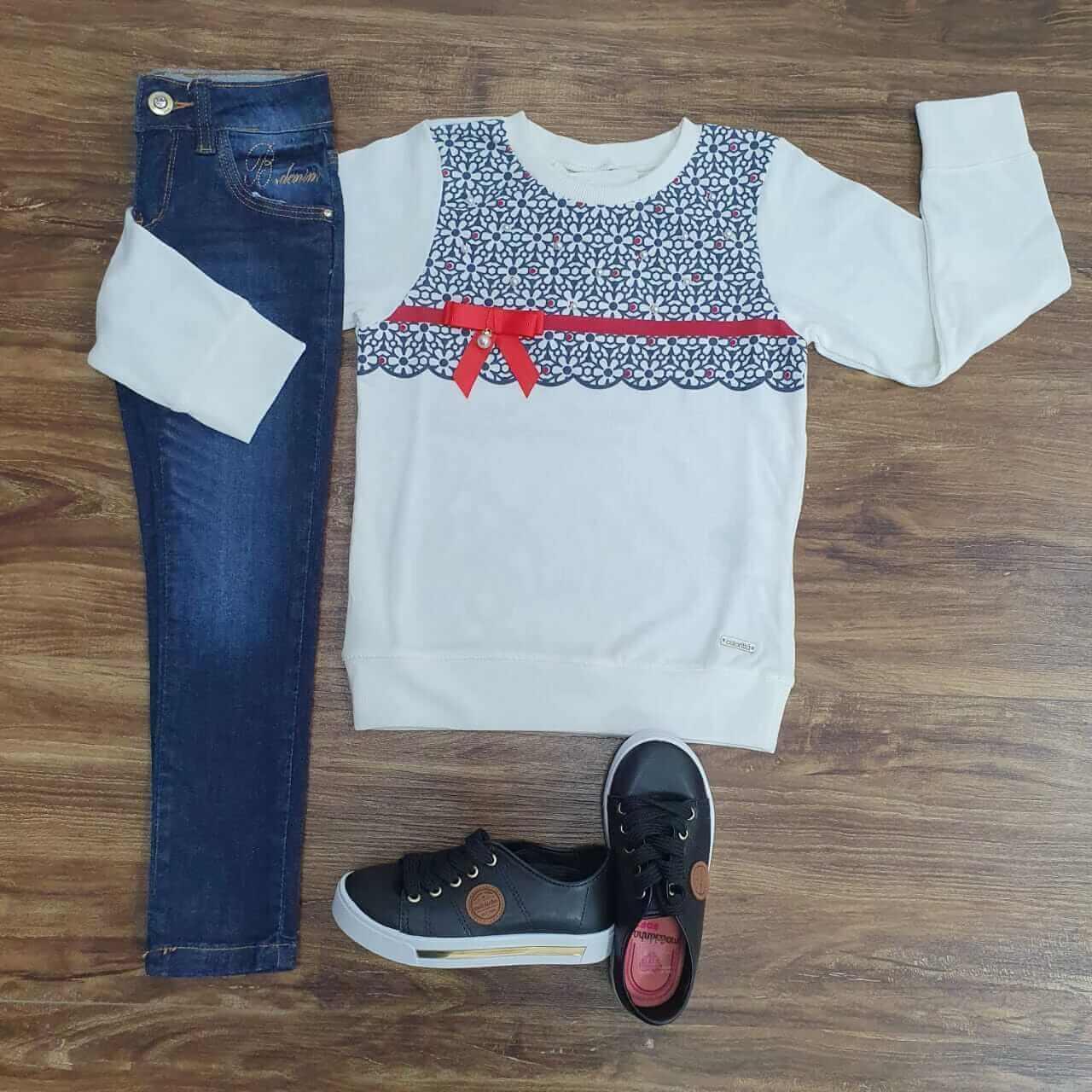 Calça Jeans com Camiseta de Manga Longa