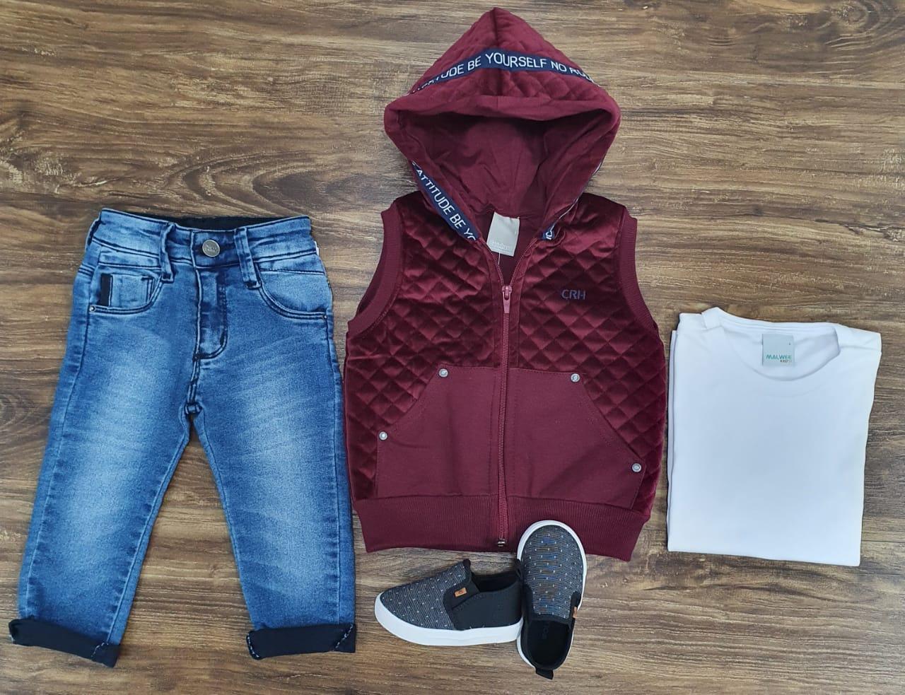 Calça Jeans com Camiseta e Colete Vinho