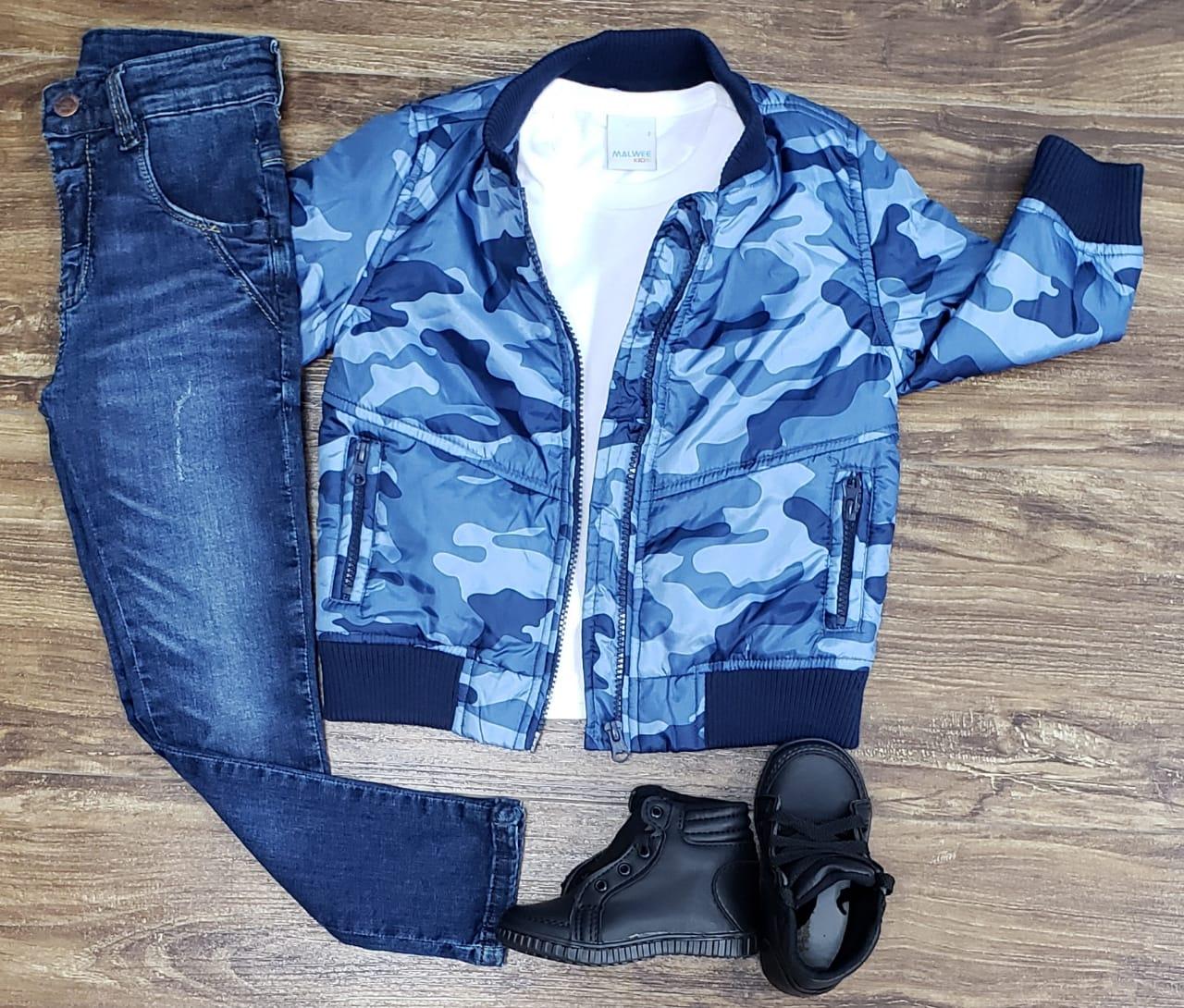 Calça Jeans com Camiseta e Jaqueta Camuflada