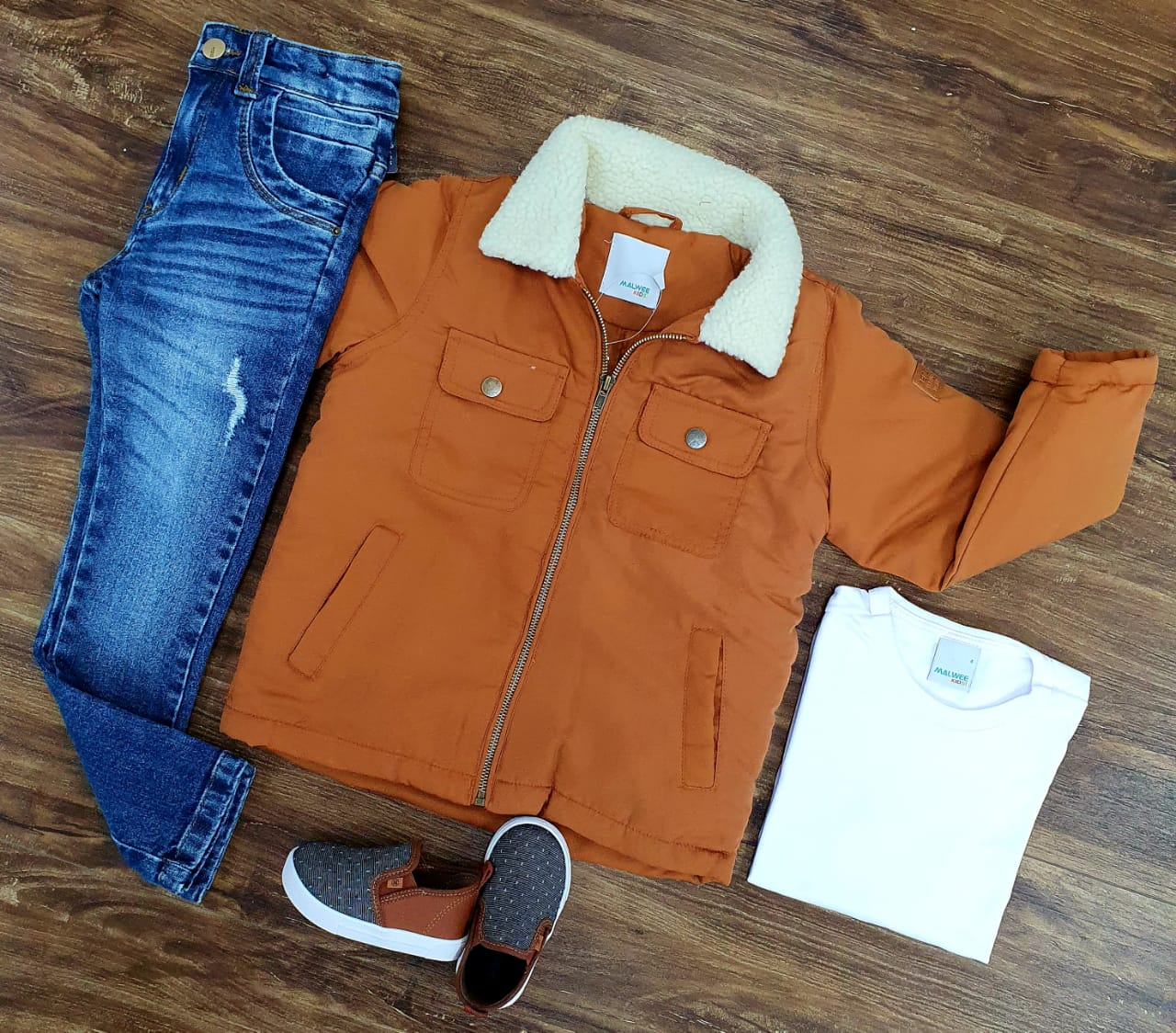 Calça Jeans com Camiseta e Jaqueta Caramelo