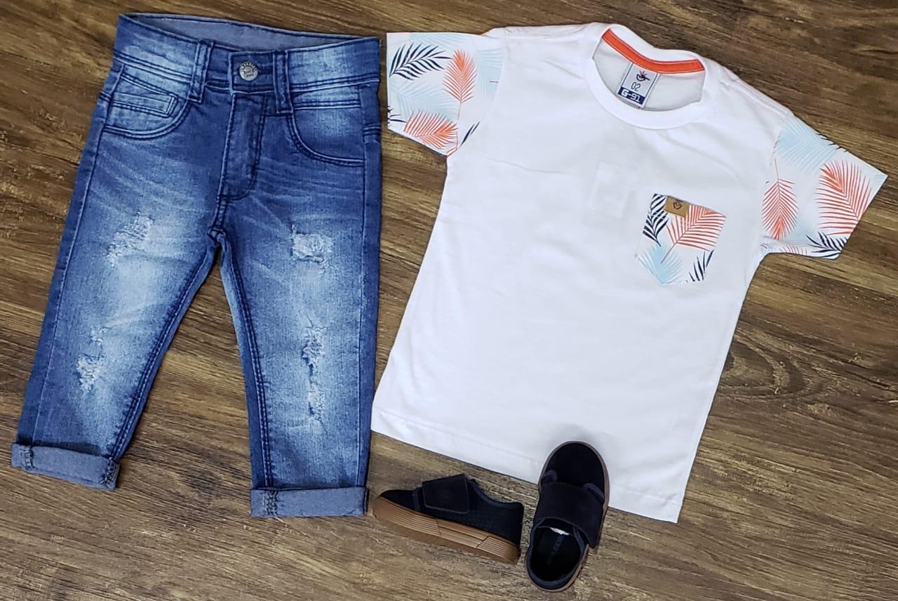 Calça Jeans e Camiseta Branca com Bolso