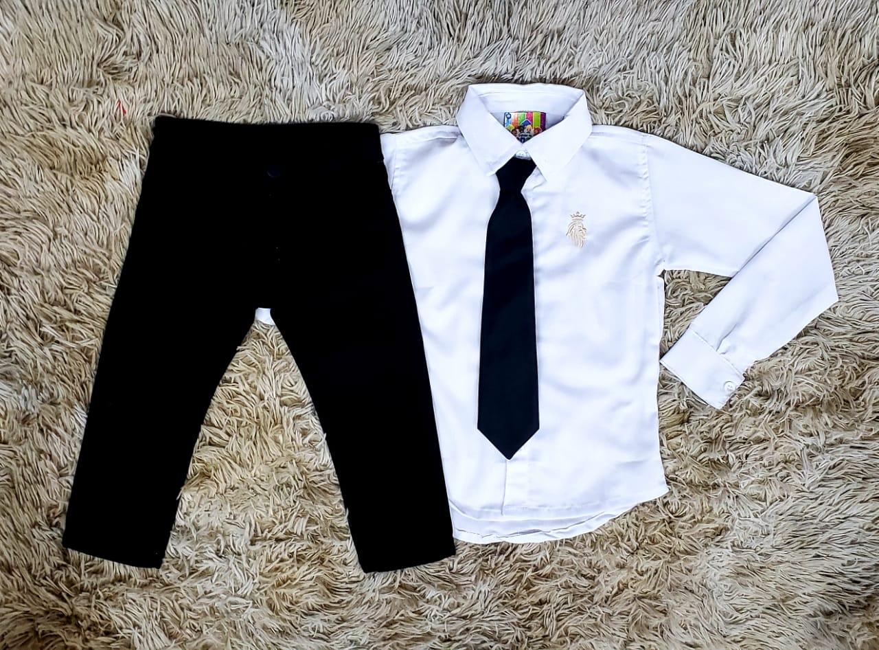 Calça Jeans Preta e Camisa Manga Longa Branca com Gravata