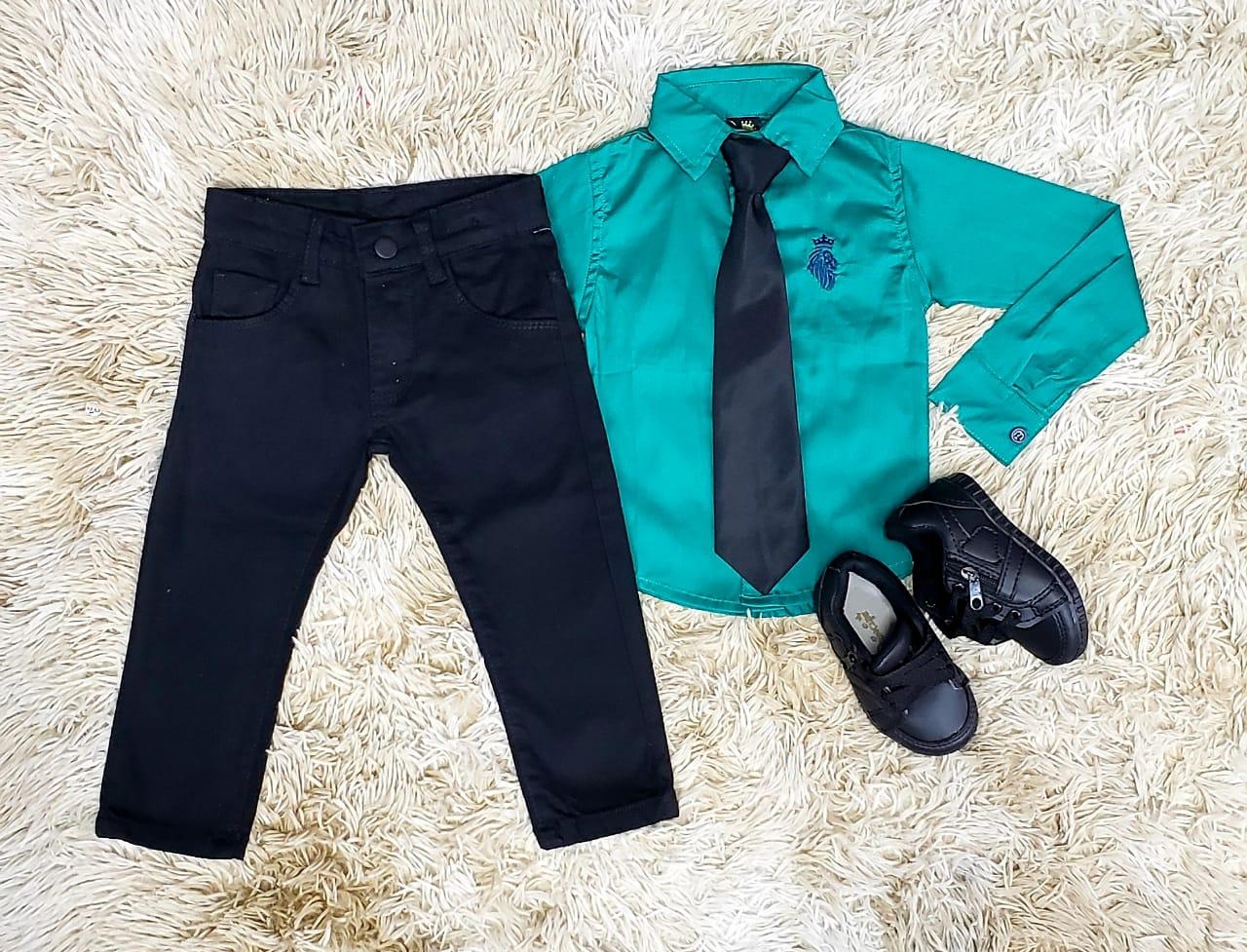 Calça Jeans Preta e Camisa Manga Longa Verde com Gravata
