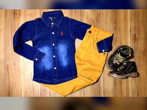 Calça Mostarda com Camisa Jeans