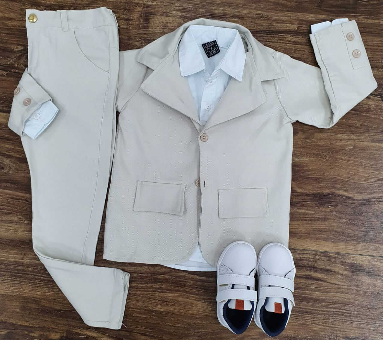 Calça Nude com Camisa Branca e Blazer Nude