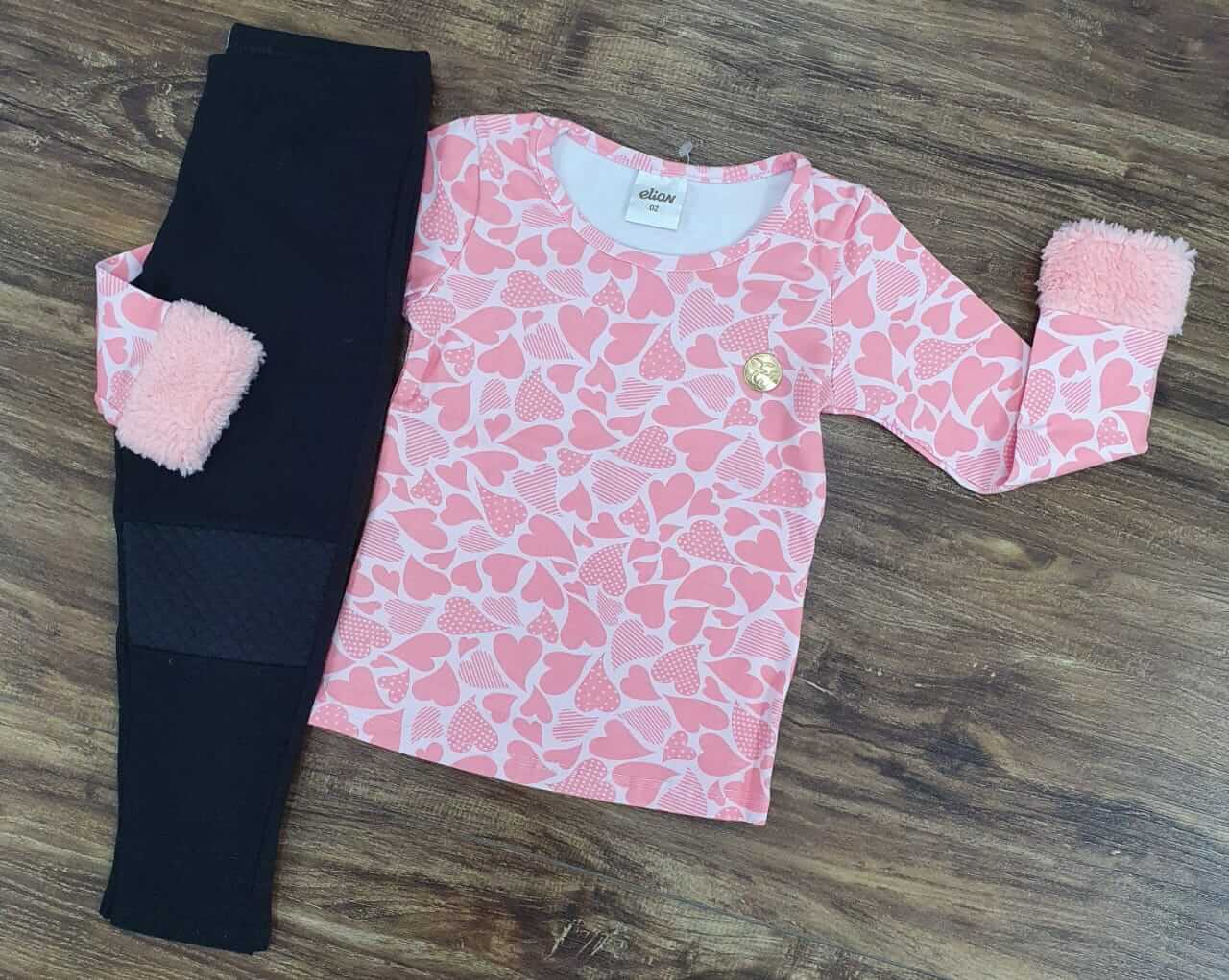 Calça Preta com Blusa Rosa Coração