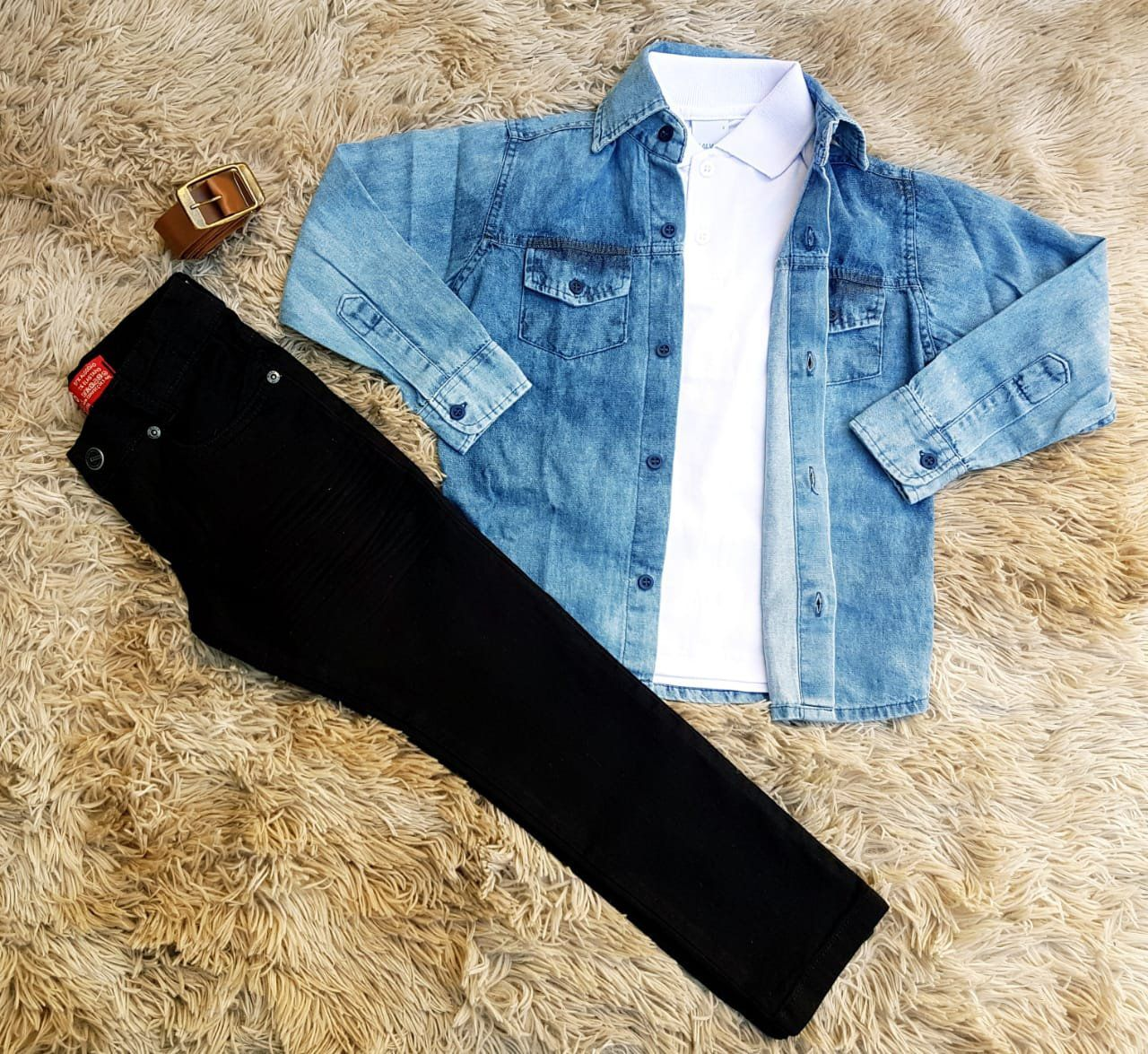 Calça Preta com Polo Branca e Camisa Jeans