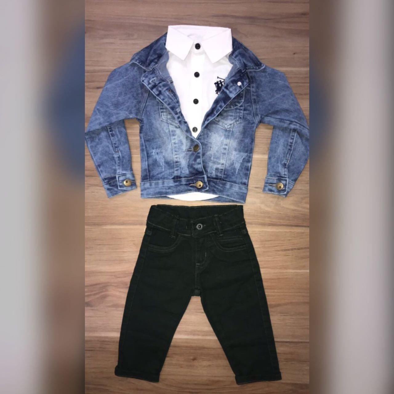 Calça Verde com Camisa Branca e Jaqueta Jeans